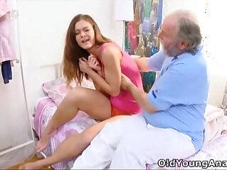 20:20 - Viejo le hace la cola a una hermosa nenita -